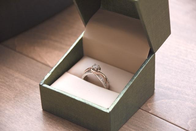 איך אפשר לדעת אם יהלום אמיתי או מזויף